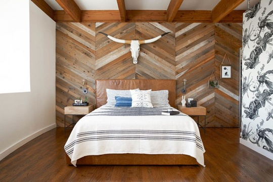 Reclaimed wood accent wall with chevron pattern is an absolute showstopper 540x360 دکور بالای تختخواب